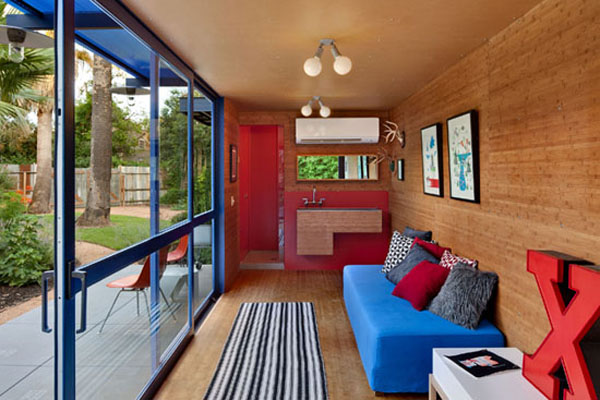 Shipping Container Guest House (Images via Homedit, design by Poteet Architects)