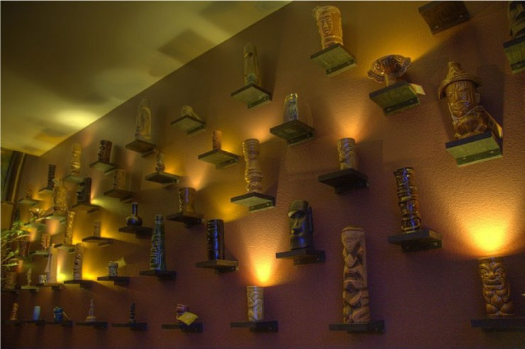 Lit-TIki-Mug-Display---FINDS-Blog---How-to-Display-a-Collection